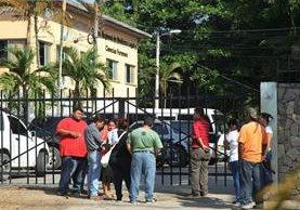 Cadáver fue trasladado a la morgue. (Foto Prensa Libre: La Prensa de Honduras)