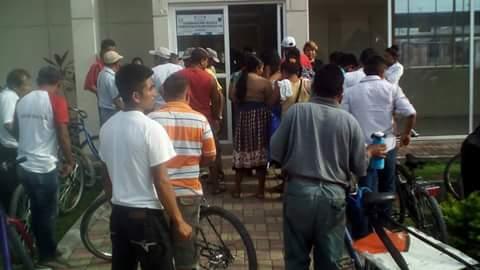 Pobladores de Melchor de Mencos, Petén, intentando cruzar a territorio beliceño. (Foto Prensa Libre: Hemeroteca PL)