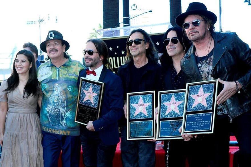 La actriz América Ferrera y el guitarrista Carlos Santana fueron testigos de la develación de la estrella. (Foto Prensa Libre: EFE)