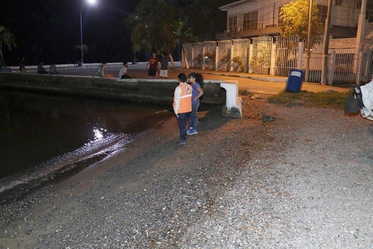 El mar retrocedió al menos 2 metros en el área del malecón de Puerto Barrios, Izabal. (Foto Prensa Libre: Dony Stewart)