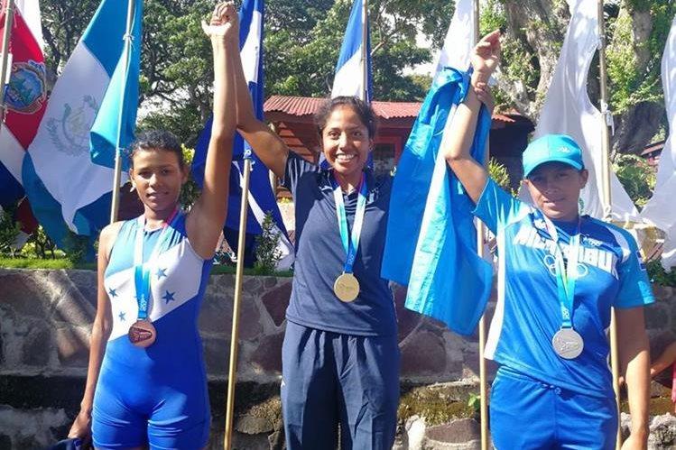 Yulisa López -centro- no ocultó su felicidad luego de ganar su segundo oro en los Juegos Centroamericanos. (Foto Prensa Libre: Carlos Vicente)
