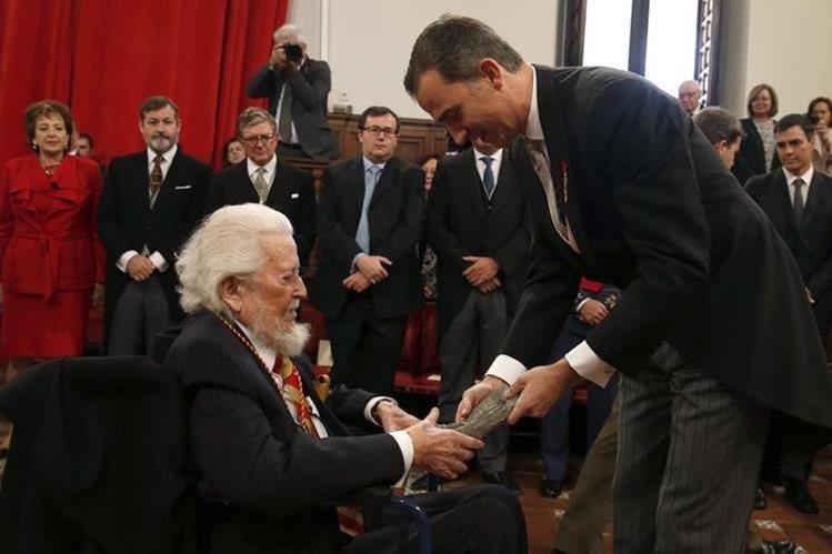 El rey Felipe VI entregó el Premio Cervantes al autor mexicano Fernando del Paso. (Foto Prensa Libre: AFP)