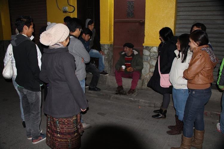 Jóvenes se reúnen para donar alimentos a personas sin hogar en la cabecera de Totonicapán. (Foto Prensa Libre: Édgar Domínguez)