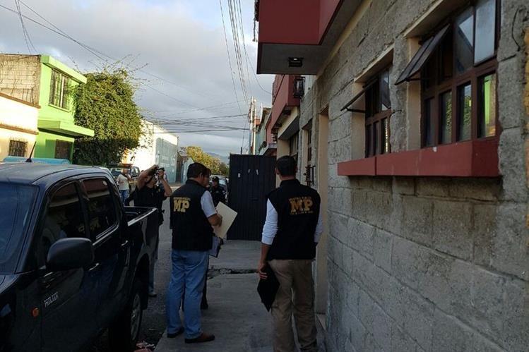 Fiscales dirigen allanamiento en la zona 3, por supuesta venta de niño por internet. (Foto Prensa Libre: MP)