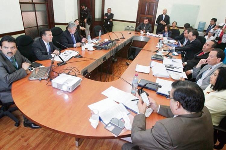 Autoridades del Tesoro y de la SAT explican el Presupuesto a la Comisión de Finanzas del Congreso. (Foto Prensa Libre: Esbin García)
