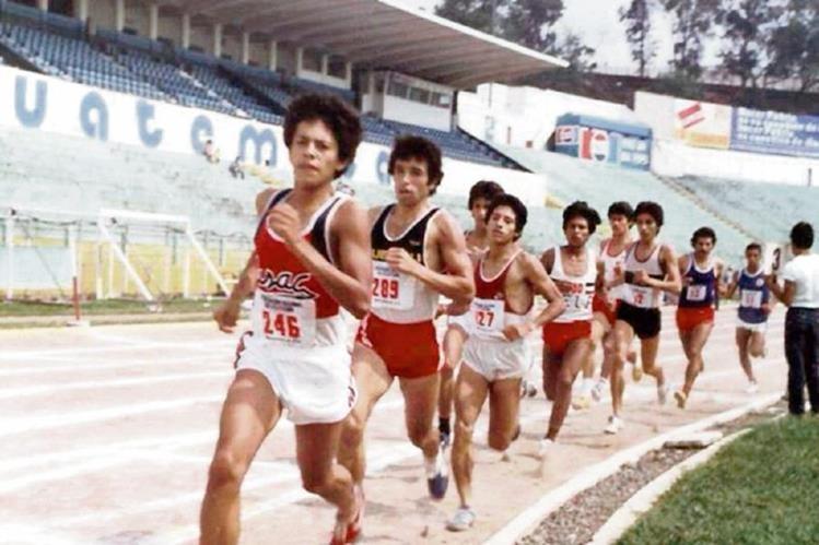 Hugo Allan García —número 27— durante una competencia en el estadio Nacional Mateo Flores. El exatleta logró las mejores marcas nacionales en medio fondo en 1987. (Foto Prensa Libre: Hugo Allan García)