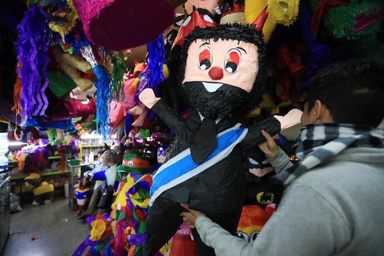 La piñata que más demandan los capitalinos para quemarla este jueves, es la del presidente Jimmy Morales. (Foto Prensa Libre: Estuardo Paredes)