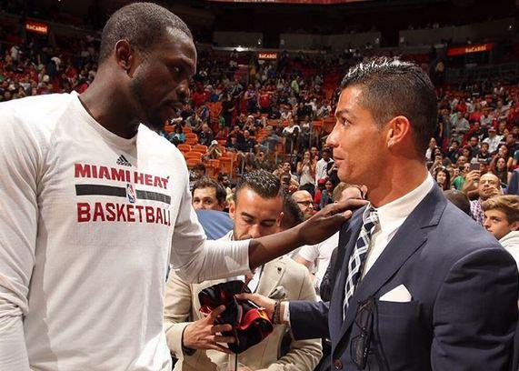 El portugués saludó a uno de los jugadores de Miami. (Foto Prensa Libre: Instagram Cristiano)