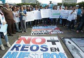 Estudiantes de medicina y médicos portan pancartas donde exigen seguridad al Ministerio de Gobernación y rechazan atender a reos en las consultas. (Foto Prensa Libre: Carlos Hernández)