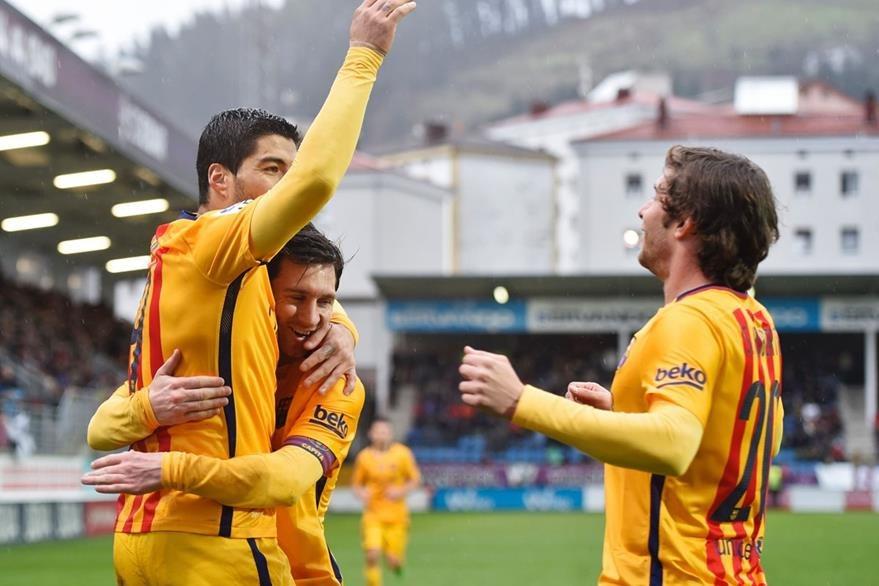 El uruguayo Luis Suárez recibe la felicitación de Messi y de Munir luego de anotar el tercer gol del equipo catalán. (Foto Prensa Libre: AFP)