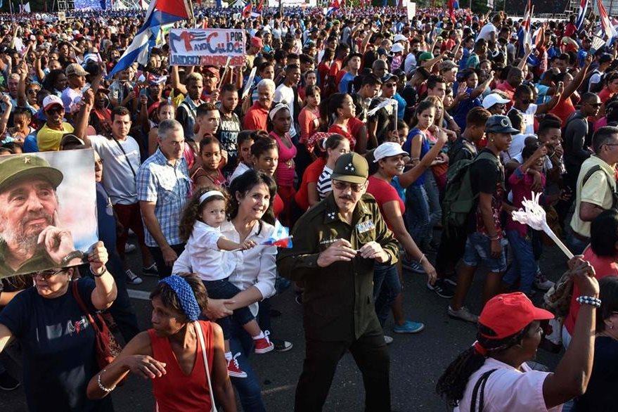 El hijo del presidente cubano Raúl Castro, Alejandro -centro-, participa en marcha. (Foto Prensa Libre: AFP)