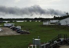 Una columna de humo se eleva en el Cabo Cañaveral, Florida. (AP).