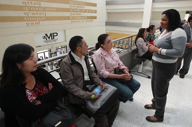 Maestros esperan su turno para declarar en el Ministerio Público. (Foto Prensa Libre: Estuardo Paredes)