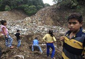 Varios niños que viven en el asentamiento Dios es Fiel bajo el puente el Naranjo, cerca del vertedero clandestino. (Foto Prensa Libre: Carlos Hernández)