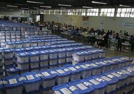 La Dirección Electoral del TSE finaliza el embalaje de los enseres electorales. (Foto Prensa Libre: Edwin Bercián)