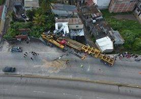 Para remover el trailer y la grúa tipo pluma fue necesario utilizar maquinaria especial. (foto Prensa Libre: Amílcar Montejo)