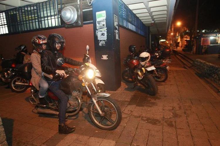 Los pasillos de la universidad se convirtieron en vías para motocicletas. Los motoristas no tienen parqueos habilitados. (Foto Prensa Libre: stuardo Paredes)