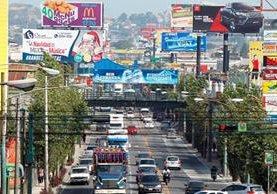 Los anuncios en pasarelas y puentes serán cobrados por Emetra, según disposición del Concejo Municipal. (Fotos Prensa Libre: Érick Ávila)
