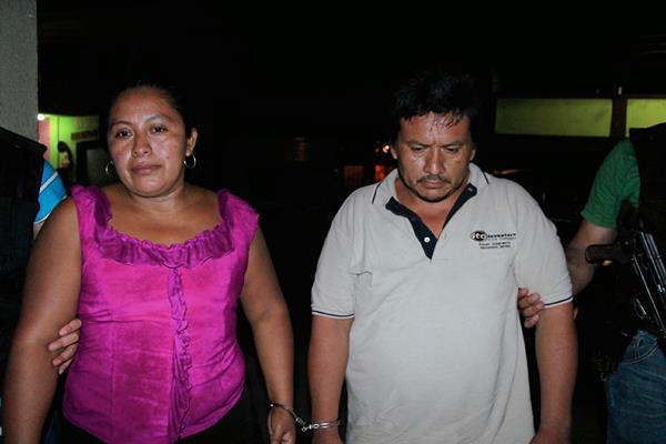 Elmer Geovani  Cristonal Quiroa y Lucrecia Ramírez Ixchajeal, detenidos en Ocos, San Marcos, por simular un secuestro. (Foto Prensa Libre: Alexánder Coyoy)