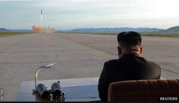 El líder norcoreano, Kim Jong-un, observa el lanzamiento del misil el pasado 15 de septiembre. (Foto Prensa Libre: BBC Mundo)