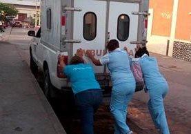 Ambulancia con problemas mecánicos es empujada por enfermeras en el Centro de Salud de Jocotán, Chiquimula. (Foto Prensa Libre: Facebook Yari Tenas)