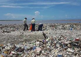 Toneladas de basura desembocan en el río Motagua, que a su vez contamina las playas de Omoa, en Honduras. (Foto Prensa Libre: HemerotecaPL)