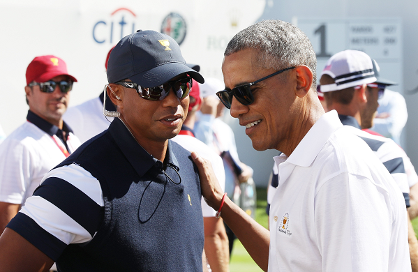 Toger Woods conversa con el expresidente de EE. UU. Barack Obama en Nueva Jersey. (Foto Prensa Libre: AFP)