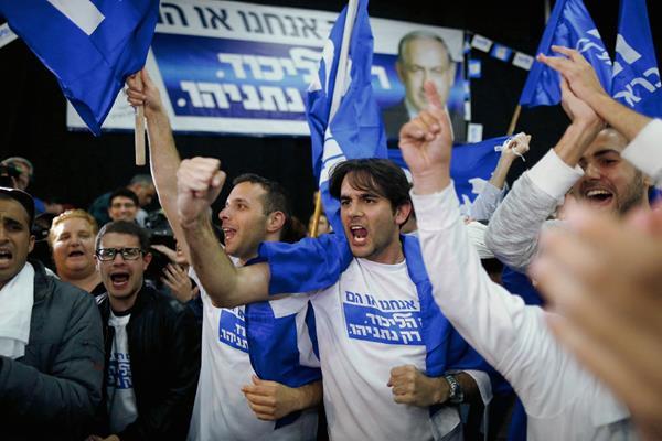 Seguidores del líder del partido Likud, Benjamín Netanyahu, mientras observan algunos predicciones de televisión. (Foto Prensa Libre:EFE)