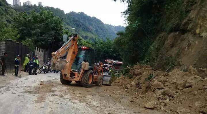 Maquina quita derrumbe hacia Boca del Monte. (Foto Prensa Libre: Cortesía).
