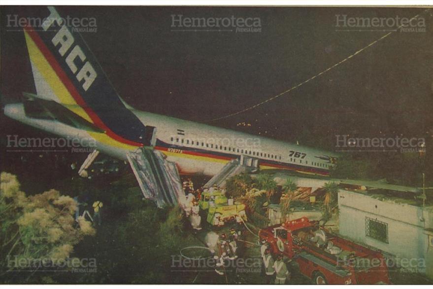 El  boeing 767 de la empresa TACA destruyó varias casas al final de la pista del aeropuerto La Aurora. Foto del 6/4/1993 (Foto: Hemeroteca PL)