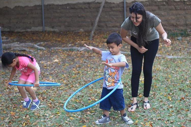 Ni–os juegan el  hula hoop.  Juegos que est‡n desapareciendo con el tiempo. Fotograf'a Esbin Garcia