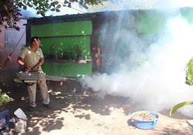 Delegado de la Unidad de Vectores del Ministerio de Salud participa en jornada de fumigación para erradicar el zancudo transmisor del Zika. (Foto Prensa Libre: Hemeroteca)