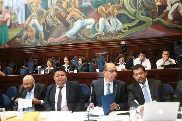 José Ramírez Crespín, representante del presidente electo Jimmy Morales, presenta su propuesta de presupuesto 2016 a la Comisión de Finanzas del Congreso. (Foto Prensa Libre: Álvaro Interiano)