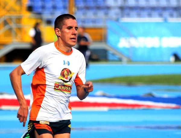 Luis Carlos Rivero en su práctica matutina de este martes en el estadio nacional Mateo Flores, previo a viajar mañana rumbo hacia Alemania (Foto Prensa Libre: Edwin Fajardo)
