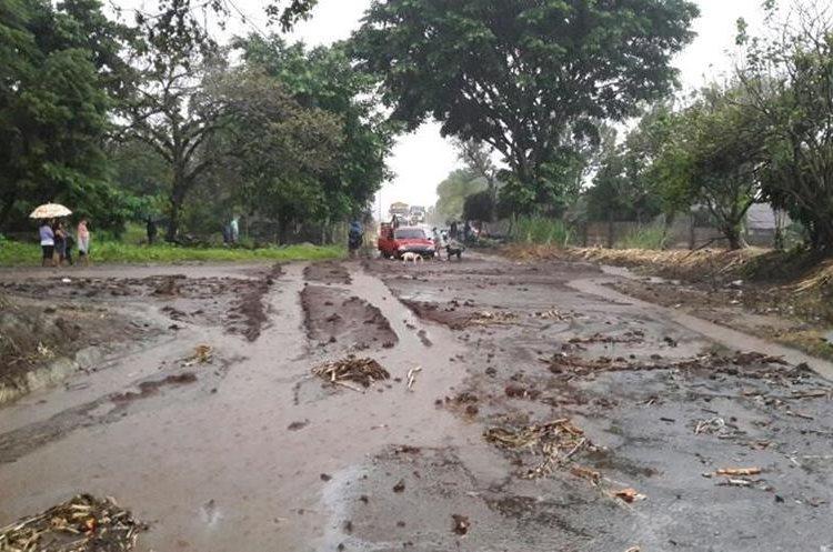 Riachuelo desbordado en Suchitepéquez. Foto Prensa Libre: Conred.