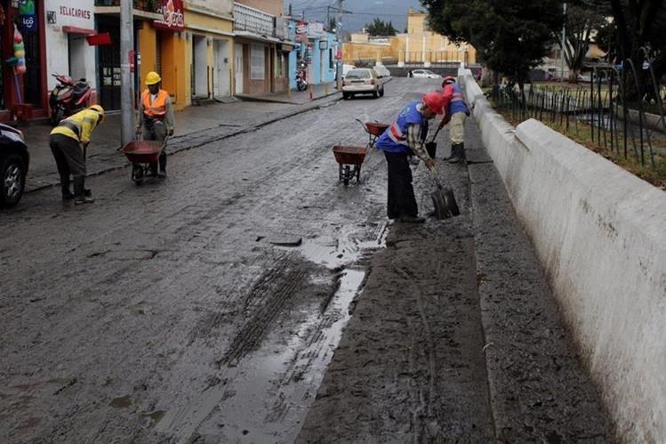 Trabajadores de la comuna limpian las calles de EL Calvario, zona 1 de Xela, luego de que estas se inundaran. (Foto Prensa Libre:María José Longo)