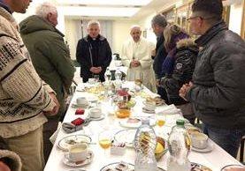 El papa Francisco comparte el sábado un desayuno con indigentes para celebrar su 80 cumpleaños. (Foto Prensa Libre: EFE).