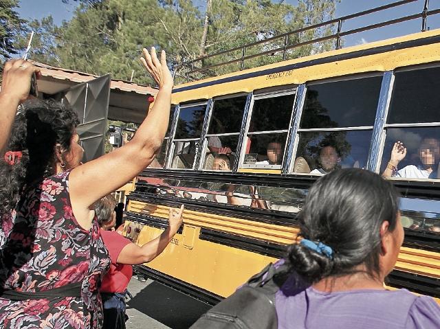 menores trasladados del hogar seguro virgen de la asuncin se despiden desde el bus que
