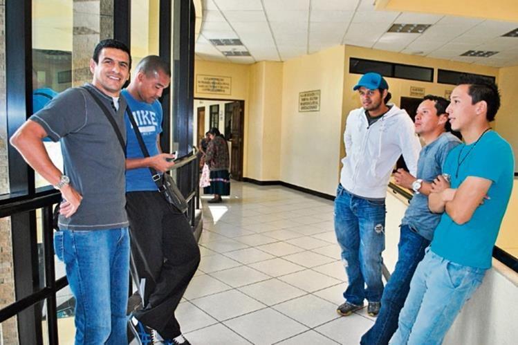 Cinco de las ocho personas que fueron enviadas a juicio, en Quetzaltenango. (Foto Prensa Libre: Alejandra Martínez)