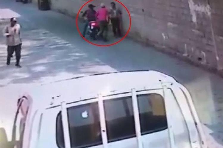 Una mujer que caminaba por las calles de Estanzuela, Zacapa, fue sorprendida por asaltantes en motocicleta. (Foto Prensa Libre: Facebook: El Gráfico de Oriente)
