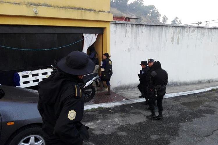 Agentes de la PNC rodean viviendas allanadas durante operativos contra extorsionistas. (Foto Prensa Libre: PNC)