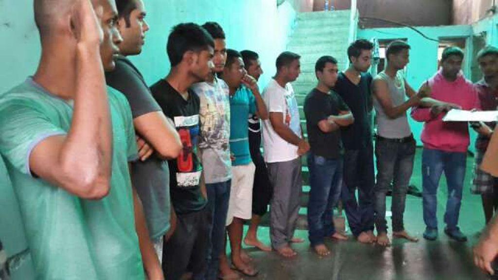 Los migrantes asiáticos son registrados por agentes de la PNC en Palín, Escuintla. (Foto Prensa Libre: Hemeroteca PL)