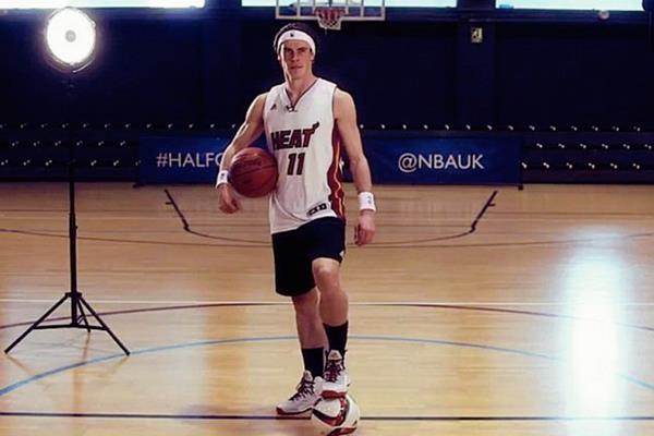 Gareth Bale posa con el uniforme del Heat de Miami. (Foto Prensa Libre: Sportskeeda.com)