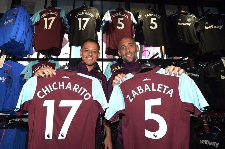 Chicharito y Zabaleta participaron en la actividad de la firma de autógrafos. (Foto Prensa Libre: tomada de internet)