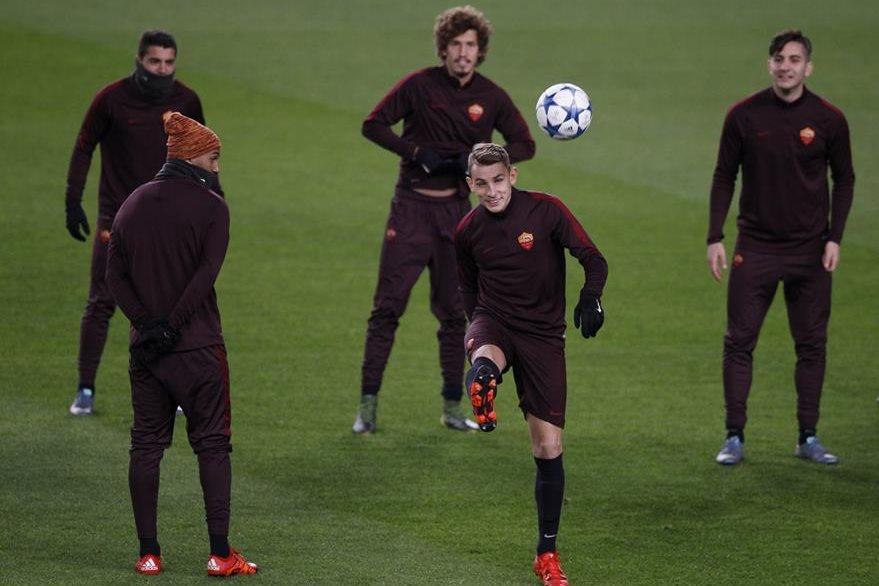 Los jugadores de la Roma durante el entrenamiento en el reconocimiento de cancha en el Camp Nou de Barcelona. (Foto Prensa Libre:AP)