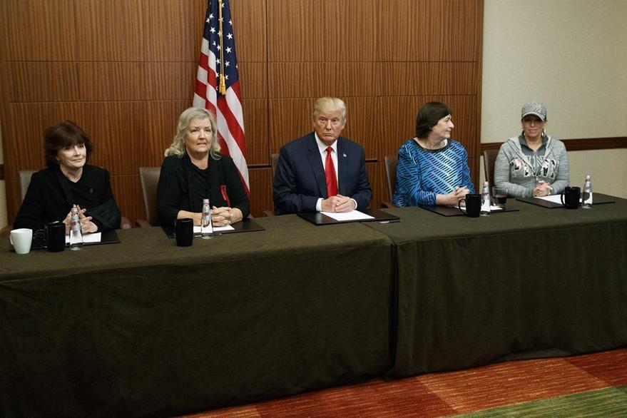 Trump (centro), junto a (de derecha a izquierda), Paula Jones, Kathy Shelton, Juanita Broaddrick, y Kathleen Willey, en la conferencia de prensa ofrecida antes del segundo debate presidencial. (Foto Prensa Libre: AP).