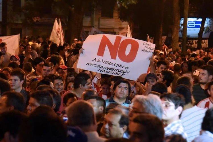 Senado aprueba reelección presidencial y manifestantes queman el Congreso — Paraguay