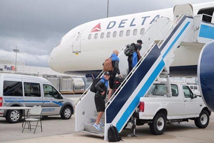 Los jugadores de la Selección de Estados Unidos abordan el avión que los trasladó a Honduras. (Foto Prensa Libre: US Soccer)