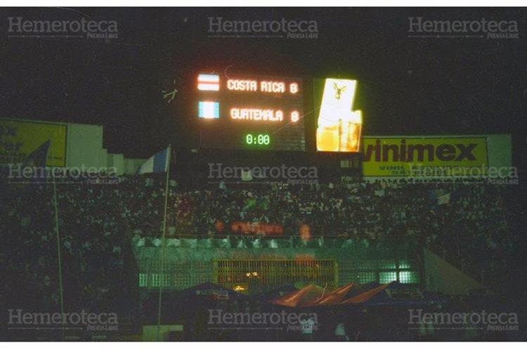 Vista del Estadio Nacional Mateo Flores desde la preferencia, previo al partido de futbol entre las selecciones de Guatemala y Costa Rica, el tablero electrónico se estrenaba, antes de la tragedia en la que fallecieron 83 aficionados. 16/10/1996. (Foto: Hemeroteca PL)
