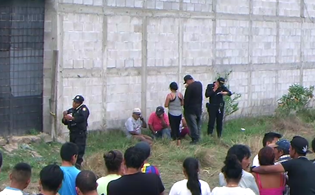 Autoridades resguardan la escena del crimen. (Foto Prensa Libre: Hugo Oliva)